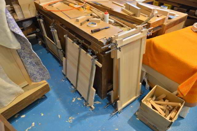 霊舎台の建具組立