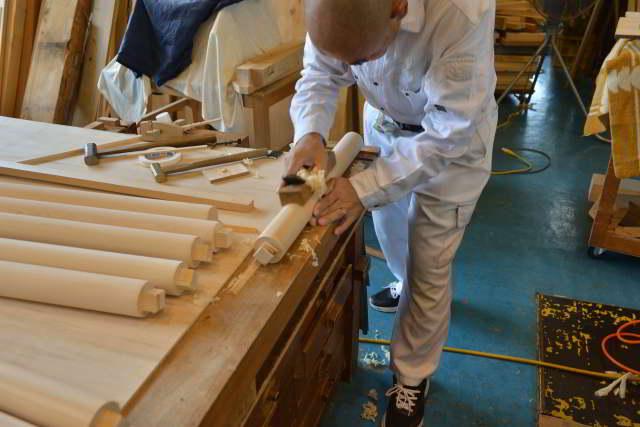 両面彫刻式雲板付格子棚板の柱丸め