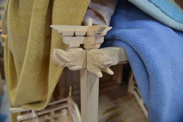 稲荷宮の向拝柱の獅子と貘取付
